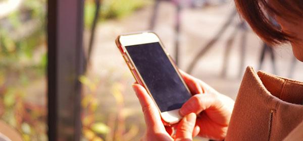 出会い系アプリを使用する女性