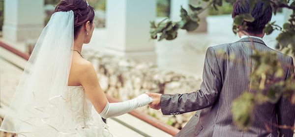 婚活アプリで出会って結婚するカップル